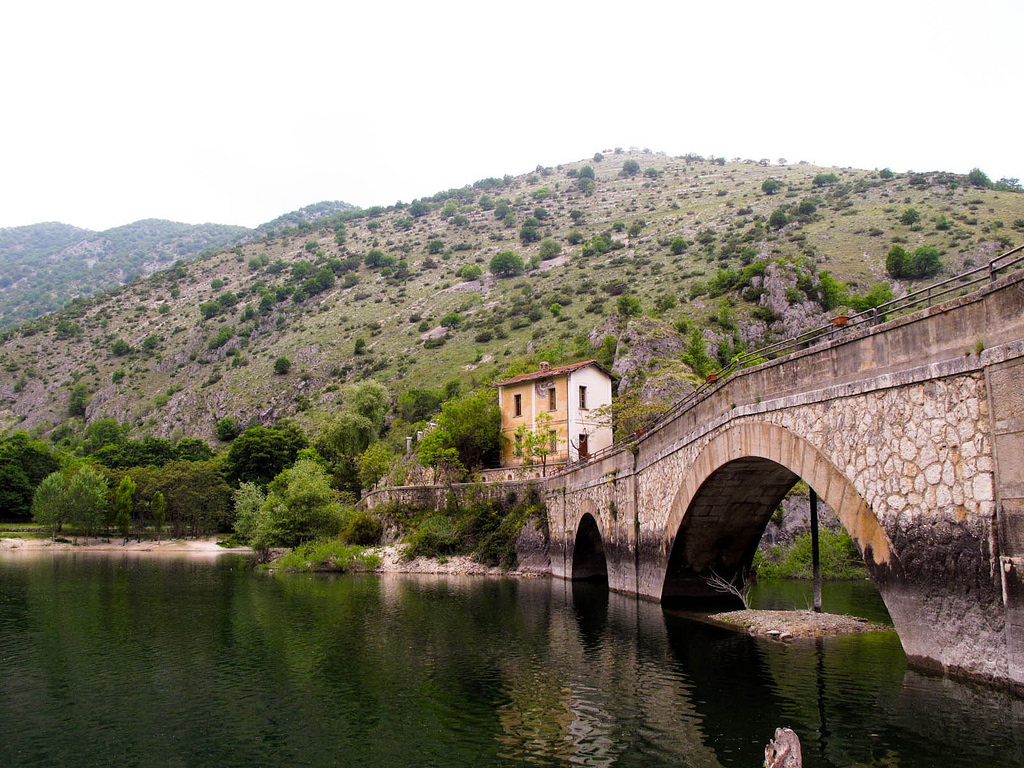 Lac de S. Domenico sur la rivière Sagittario, photo de Snackfight, via Flickr