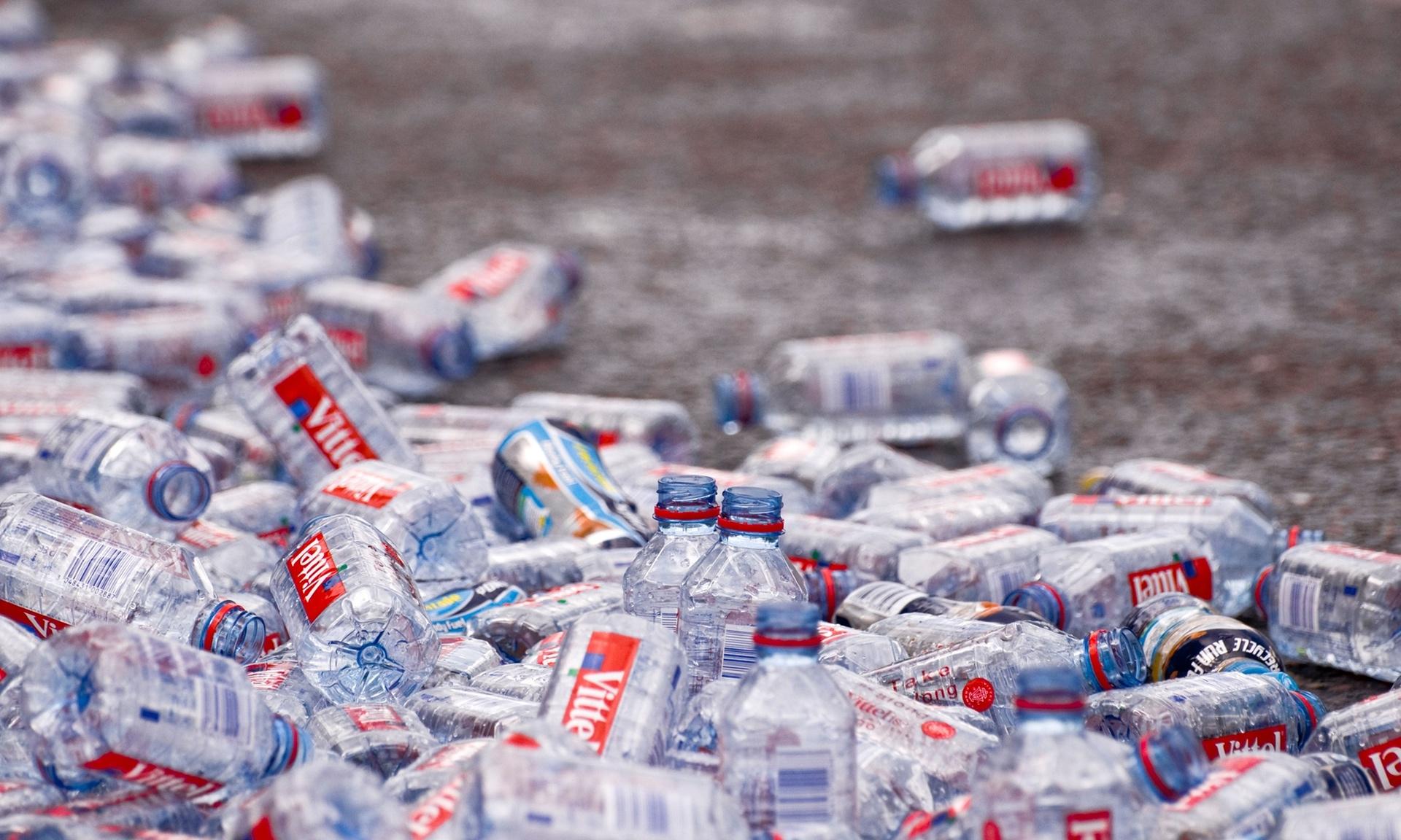 Bouteilles en plastique abandonnés sur le sol après le Marathon de Londres, photo de Tracy Gunn / Alamy