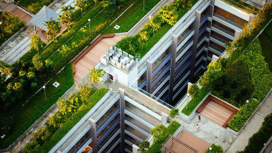 Bâtiment avec un jardin et des arbres