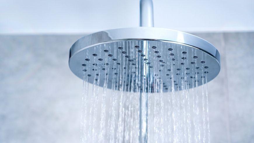 De l'eau sortant de la pomme de douche