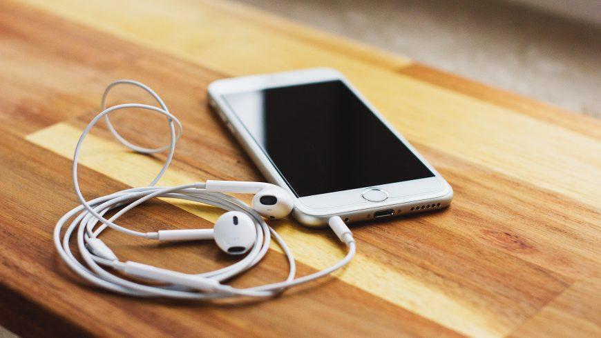 Un téléphone portable et des écouteurs - Le numérique